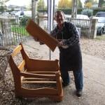Uno de los dueños montando un mueble antiguo