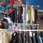 Ropa colgada de perchas, bolsos, zapatos, cuadros